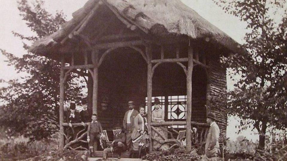 Rodina Jana Josefa Liebiega v altánu na zahradě u smiřického zámku v červnu 1880