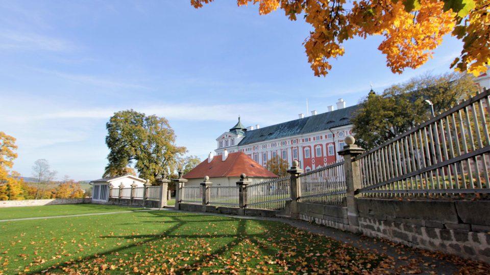 Kouzelné podzimní barvy čarují v klášterní zahradě v Broumově