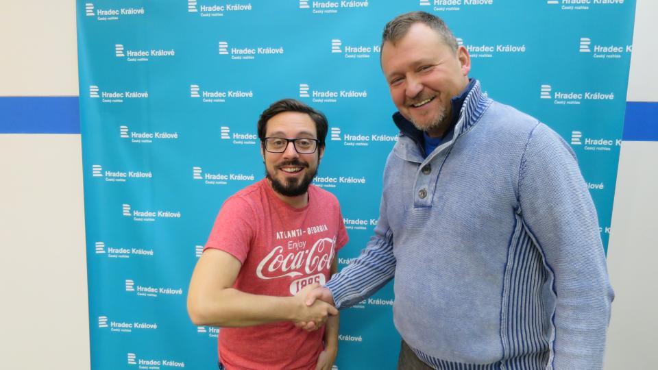 Viktor Kuna ve studiu Českého rozhlasu Hradec Králové spolu s Jakubem Schmidtem