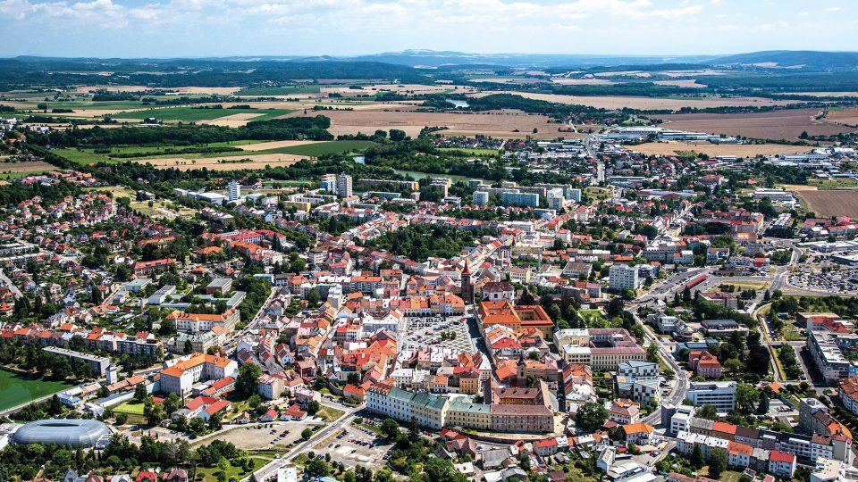 Město pohádek o loupežníku Rumcajsovi, ale také důstojná rezidence vojevůdce Albrechta z Valdštejna, to je Jičín, jedna z bran do Českého ráje a Prachovských skal