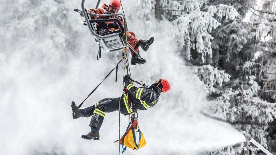 Hasiči v Deštném v Orlických horách cvičili záchranu osob z lanovky