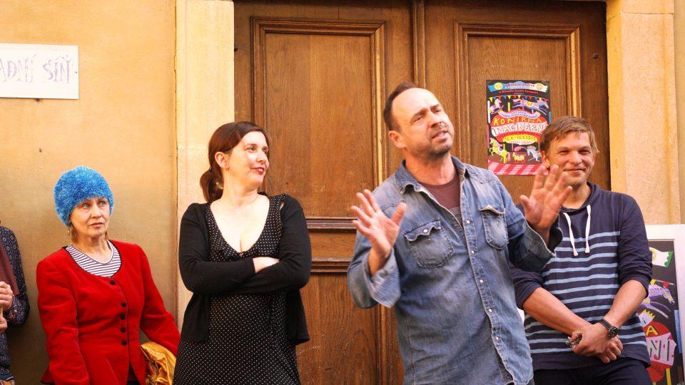 Událostí uplynulého roku v Jičíně byla výstava Konírna imaginární ve Valdštejnském zámku. S přáteli ji připravil výtvarník a divadelník Matěj Forman