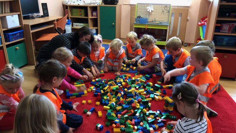 Helmy a spousta plastových cihel. Herna mateřské školy v Horní Kalné se proměnila na staveniště
