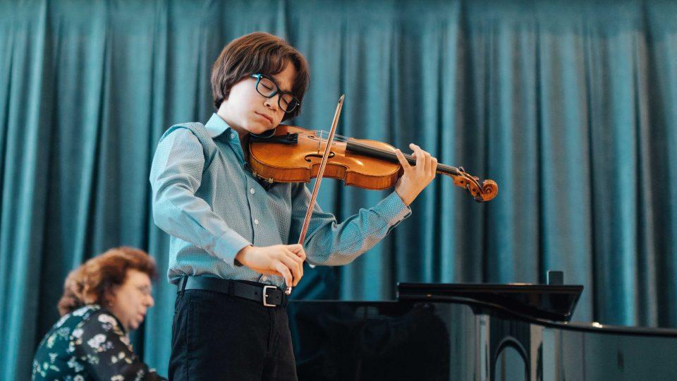 V akci při samotné soutěži je zachycen laureát loňského ročníku, Emrik Revermann (Kanada), který se stal absolutním vítězem jako účastník 1. kategorie