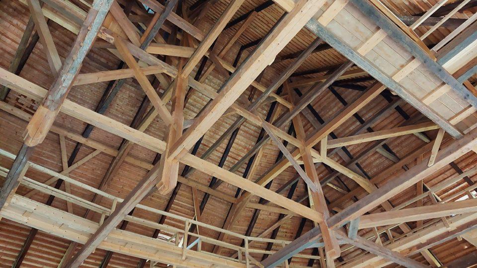 Zrekonstruované krovy v královnině patře