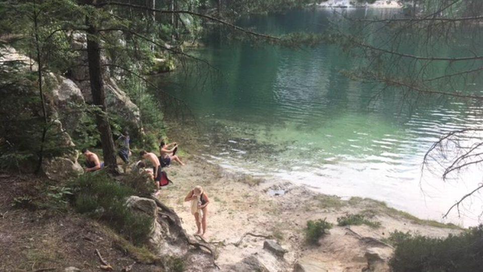 V pískovně u vstupu do Adršpašských skal je zakázáno koupání