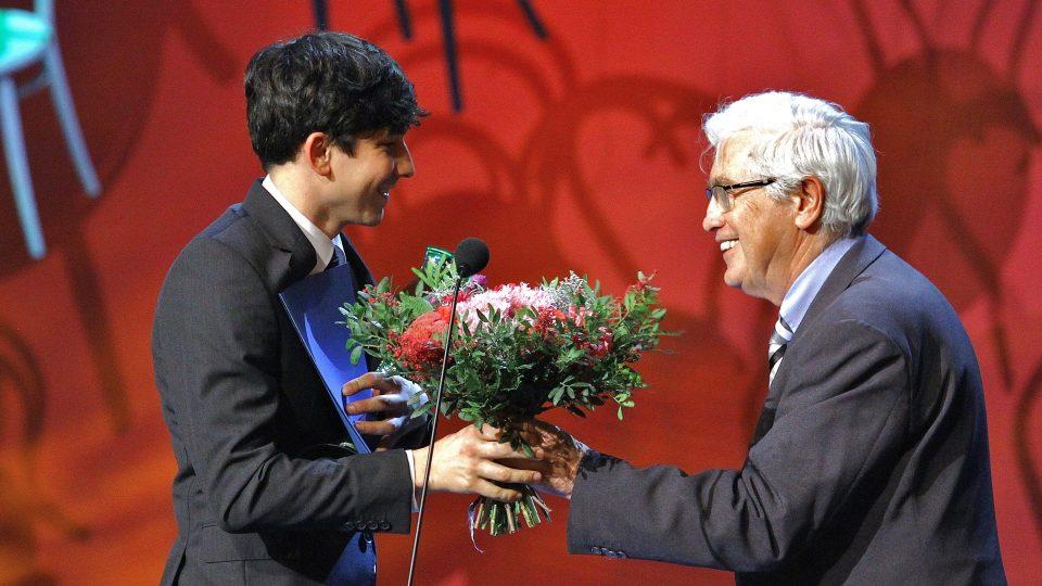 26. ročník Thálie - ocenění pro Milana Hajna předává Jiří Grygar
