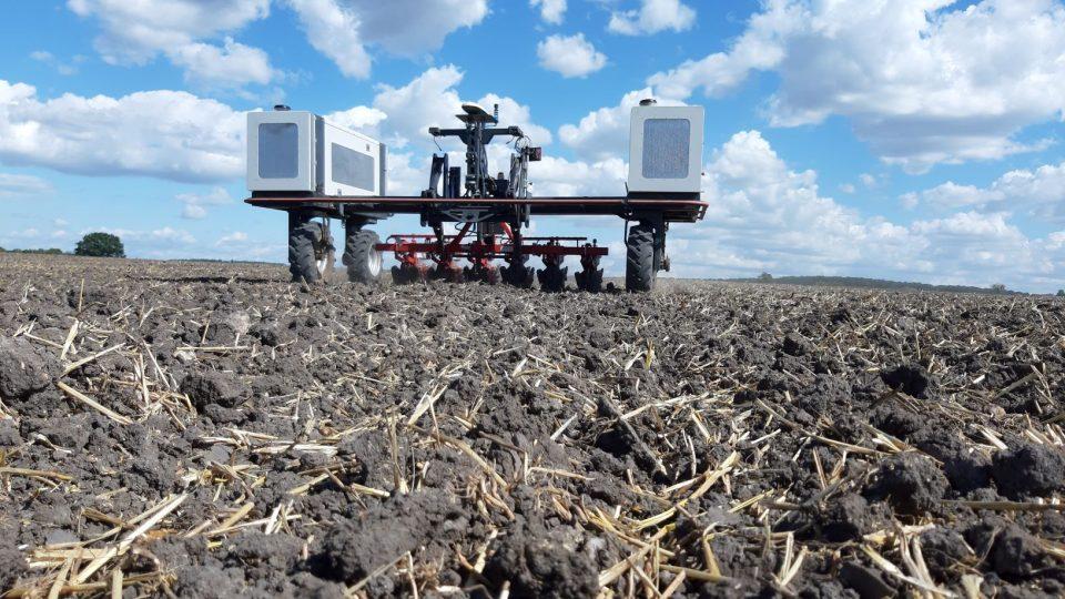 Autonomní roboty se začínají objevovat na polích včetně zemědělství východních Čech