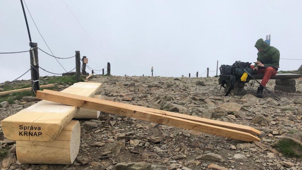 Pracovníci parku pomocí lanovky vytáhli na vrchol Sněžky kromě ochranných sítí i nové dřevěné lavičky.