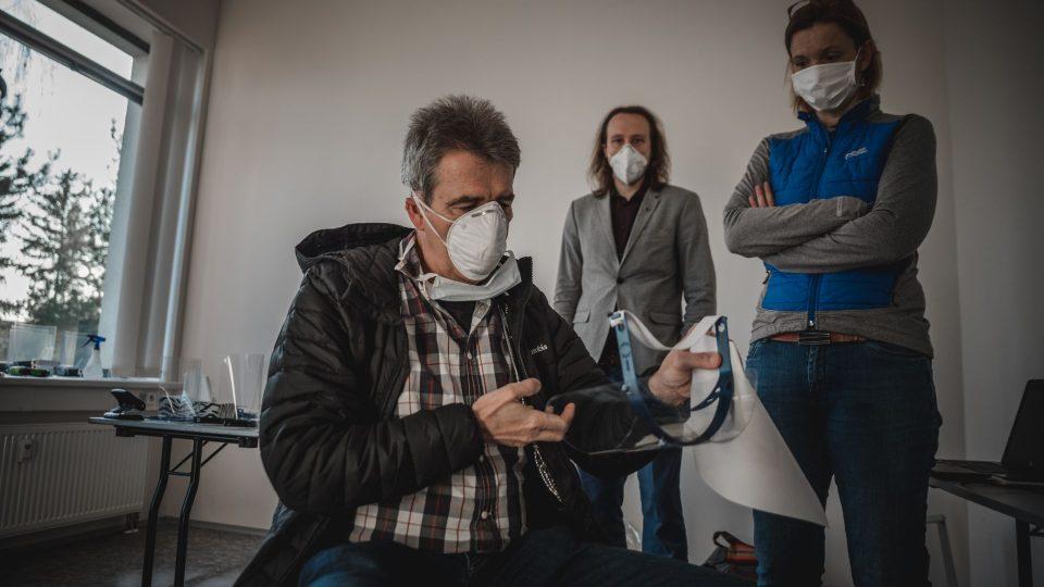 V Hradci Králové začala distribuce štítů na obličej z 3D tiskáren