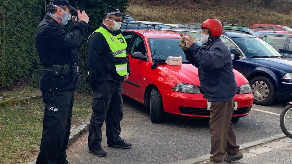 V Červeném Kostelci rozdávají zdarma obyvatelům města roušky s nanovlákny