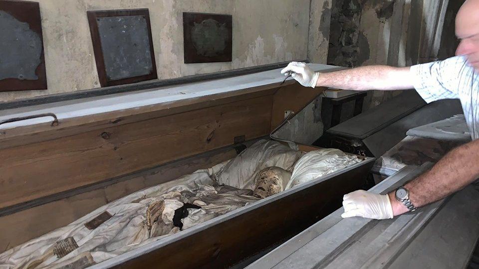 V kryptě kostela svatého Mikuláše v Jaroměři jsou uložené zachovalé mumie měšťanů z 18. století
