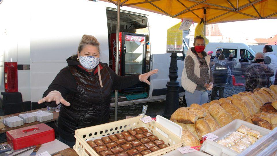 Zaměstnanci novopacké restaurace se proměnili v pekaře a stánkaře na farmářských trzích