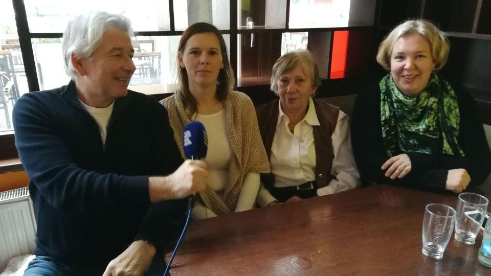 Talk show Petra Voldána a jeho hostů. Hosty jsou manželky cestovatelů Jana Horká, Zuzana Juračková a Miroslava Konkolská