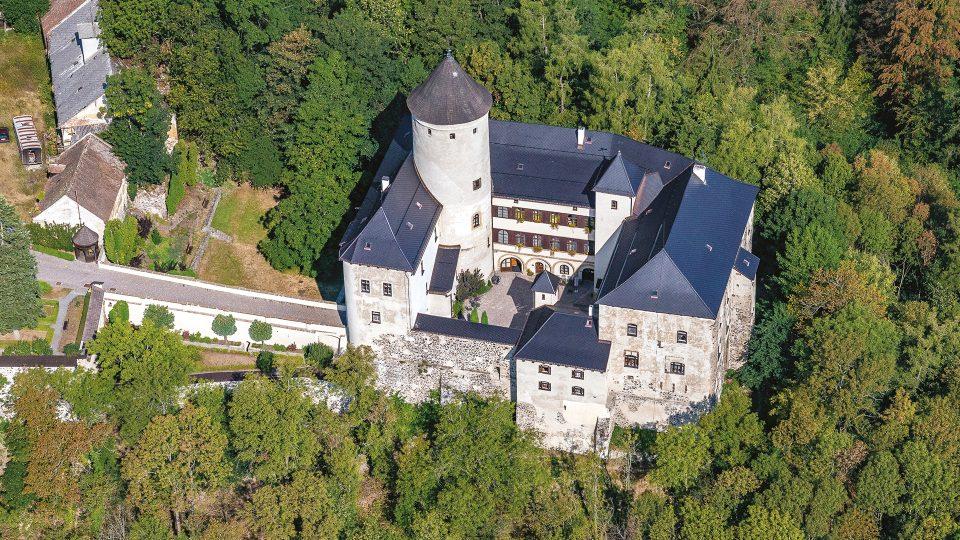 Gotický hrad Rychmburk, který nechal okolo roku 1325 vystavět Tas z Rychmburka, stojí na ostrohu mezi říčkou Krounkou a jejím levým přítokem nedaleko Skutče