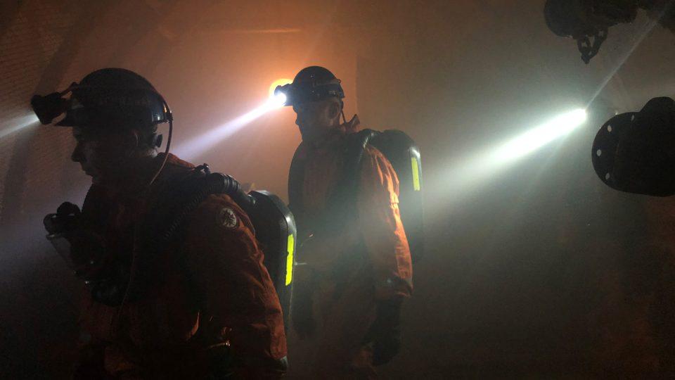 Aby se člověk stal báňským záchranářem, musí mít za sebou minimálně dva roky práce na šachtě a musí absolvovat výcvik včetně fyzických testů.