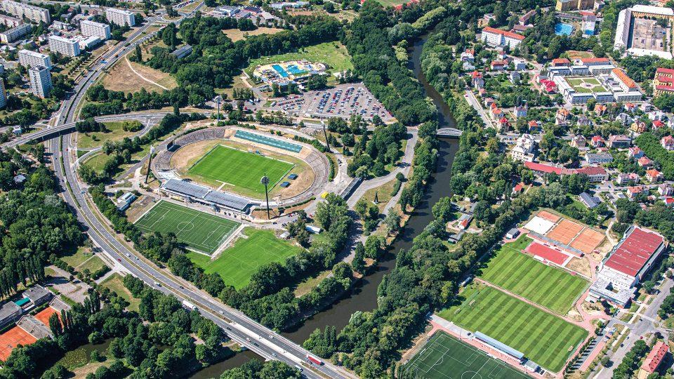Všesportovní stadion v Hradci Králové je dominantou místní části Malšovice. Je též nazýván jako stadion Pod lízátky, a to kvůli svým typickým osvětlovacím panelům