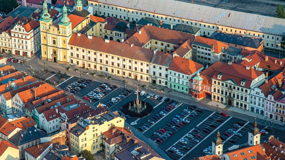 Velké náměstí se nachází v samotném srdci centra Hradce Králové. V jeho středu se nachází Mariánský morový sloup, dominantou je také kostel Nanebevzetí Panny Marie