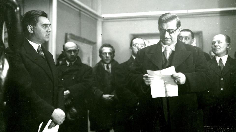 Josef Gočár zahajuje v roce 1935 výstavu spolku Mánes