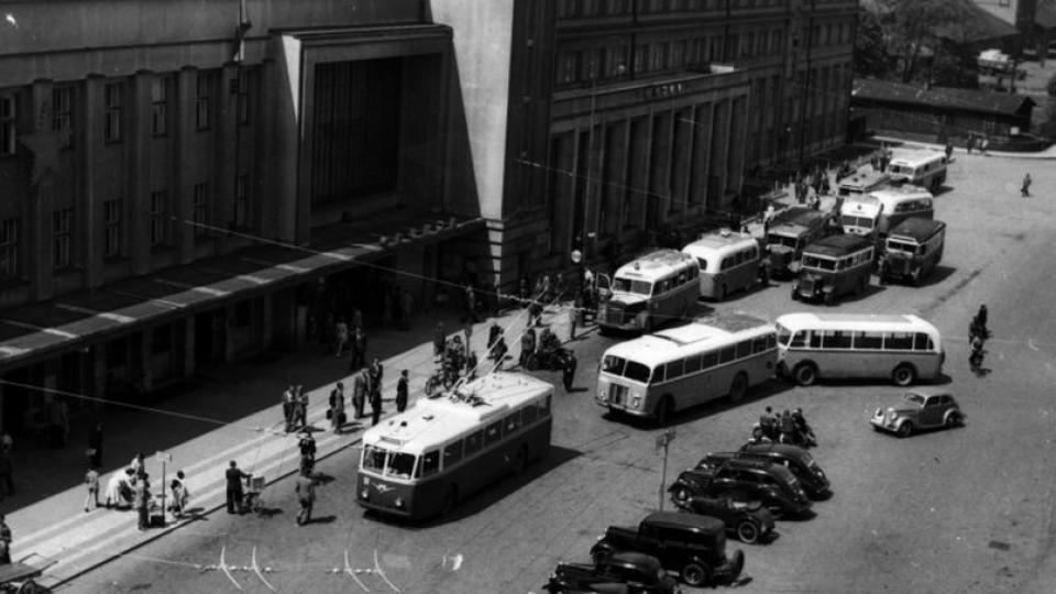 Historická fotografie vozů městské hromadné dopravy v Hradci Králové