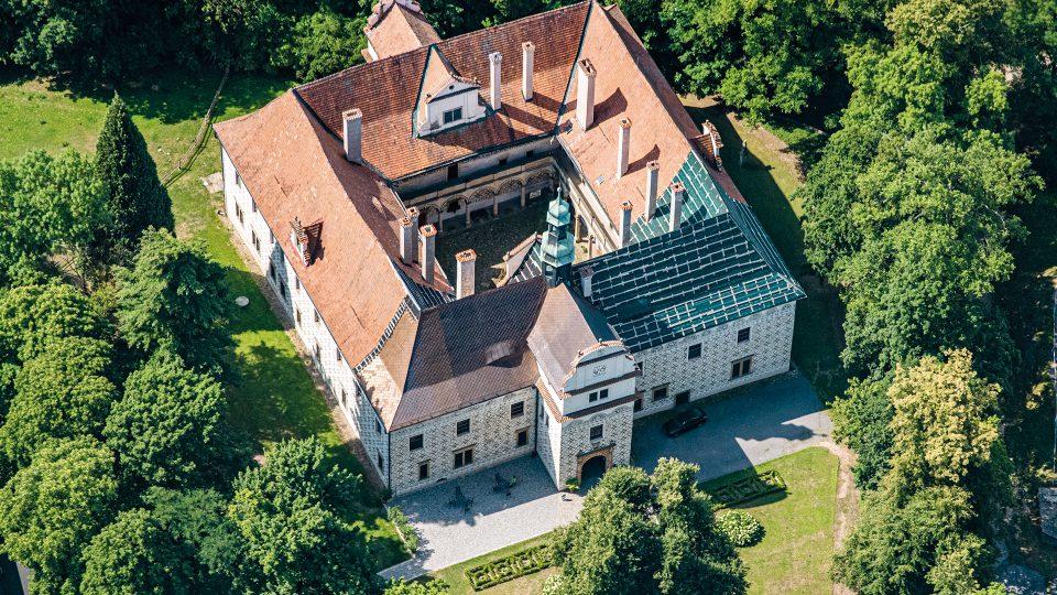 Renesanční zámek Doudleby nad Orlicí dal v roce 1588 postavit Mikuláš Starší z Bubna. Původně sloužil jako letní sídlo, později byl využíván jako lovecký zámek