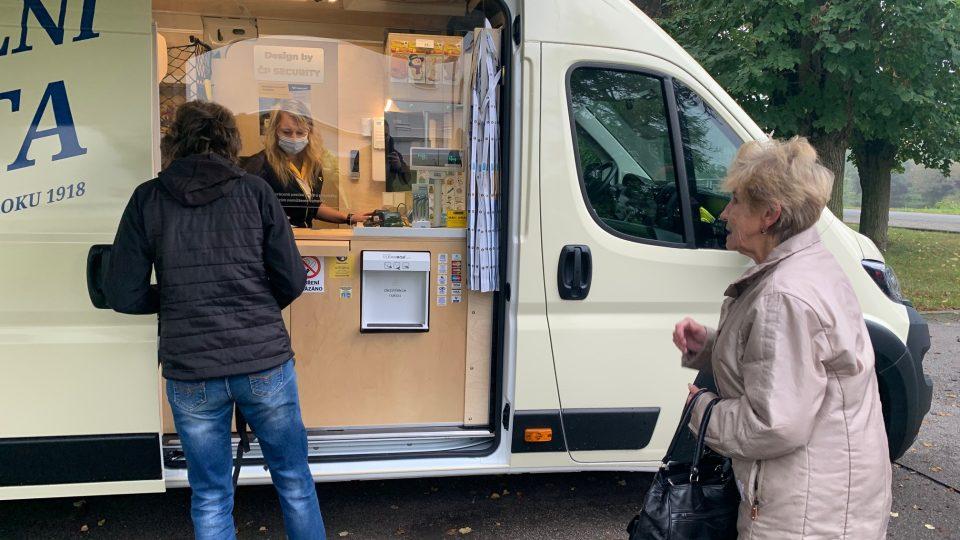 Česká pošta nově nabízí službu mobilní přepážka. Jde o speciálně upravenou dodávku, zajíždějící do menších obcí