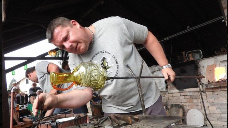 Svátků skla - Tavení skla dřevem v areálu muzea v Deštném v Orlických horách