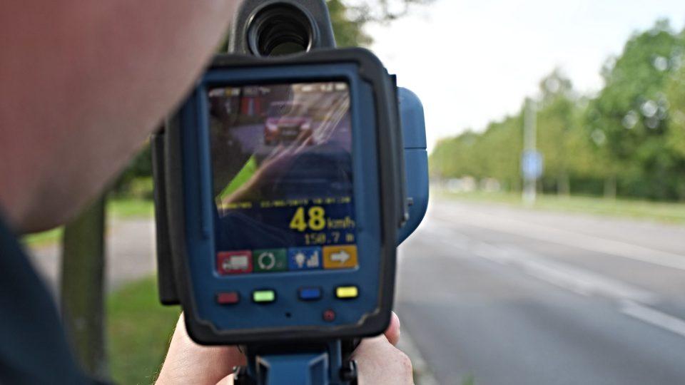 Hradečtí městští strážníci pomáhají lidem - měření rychlosti