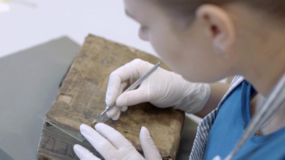 Poklady broumovské klášterní knihovny ožívají pod rukama odborníků