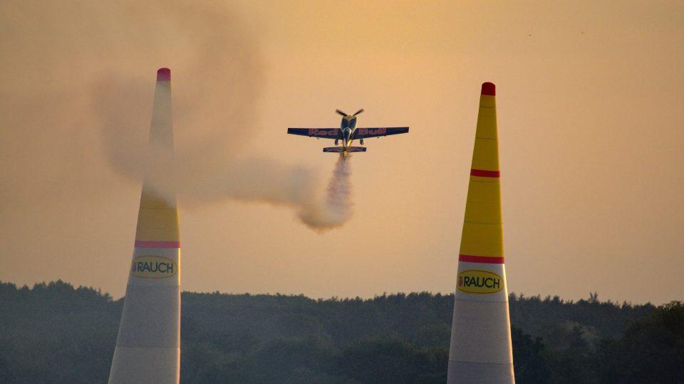 Martin Šonka v akrobatickém speciálu Extra 300 SR při páteční testovacím letu