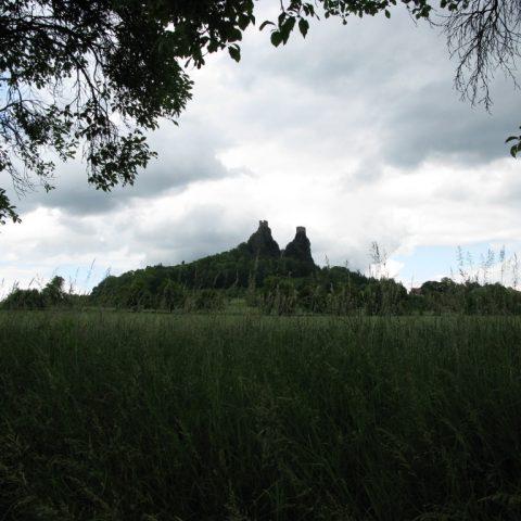 Zřícenina hradu Trosky dominuje po několik staletí okolní zeleni