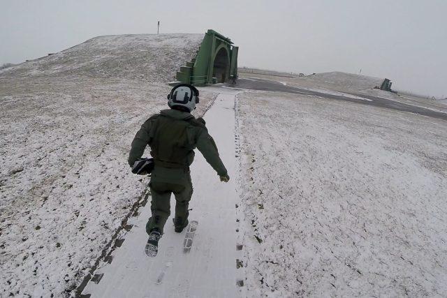 Armádním pilotům zazní poplach vždy, když se nad Českem objeví letadlo, která se nehlásí letovým dispečerům. Tehdy musí okamžitě vyrazit