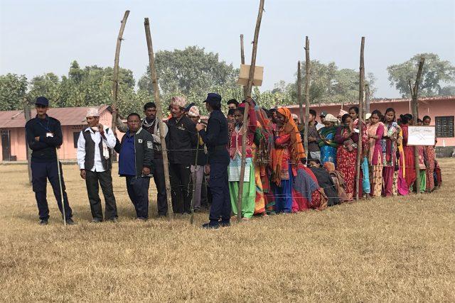 V Nepálu stojí voliči při volbách fronty