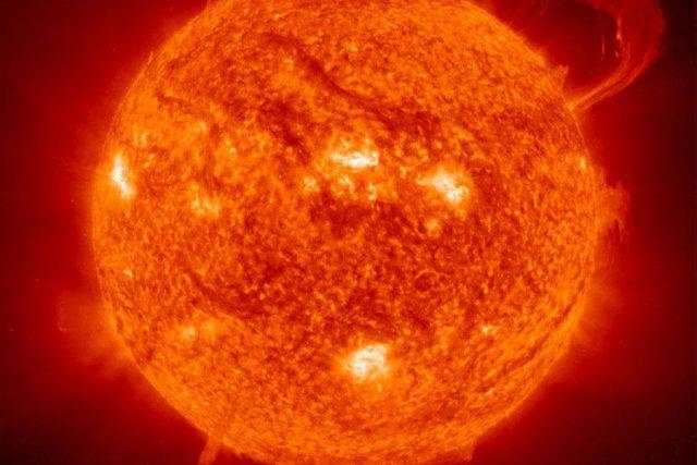 Povrch Slunce v UV záření, včetně výrazné protuberance v pravém horním rohu