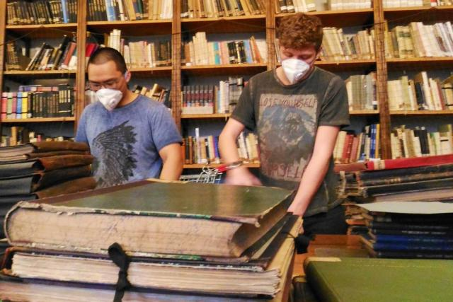 Knihy je potřeba také očistit, s tím libereckému muzeu pomáhají brigádníci