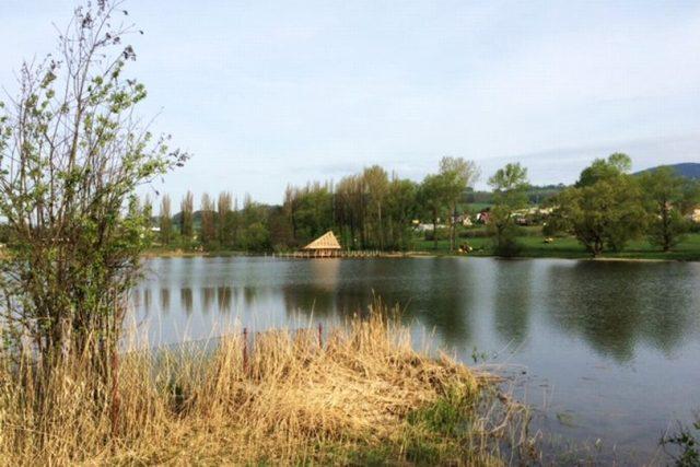 Na rybníku Kačák ve Vrchlabí vyrůstají speciální stavby