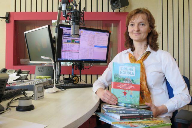 Ilona Fišerová ve studiu Českého rozhlasu Hradec Králové