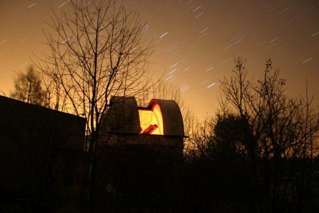 Souhvězdí Orion vycházející nad malou kopulí Hvězdárny v Úpici