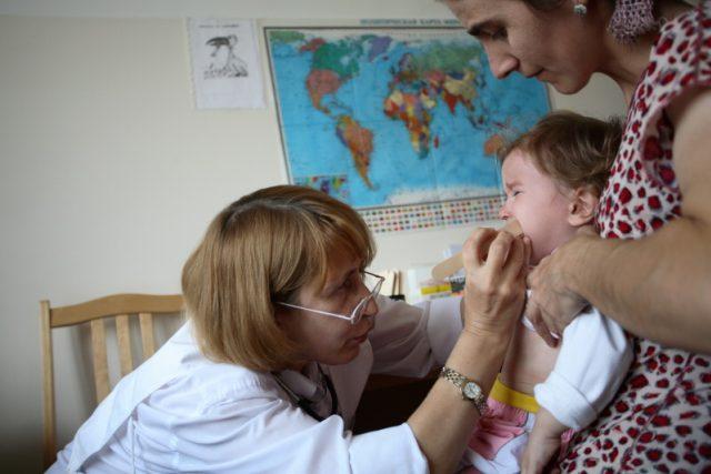 Pediatr z mobilního týmu Lékařů bez hranic, který pracuje v 5. nemocnici v Grozném. Lékaři bez hranic poskytují v různých částech města základní zdravotní péči, pediatrickou a gynekologickou péči vnitřně vysídleným osobám a obyvatelům města.