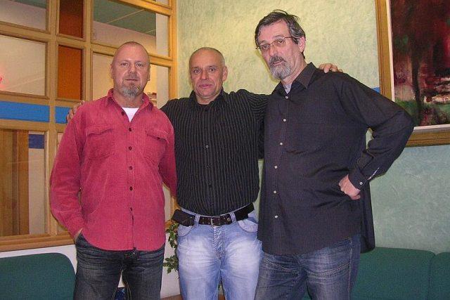 Zleva: Mgr. Jiří Kánský, ředitel Čro HK, motocyklový jezdec Josef Macháček a moderátor František Mifek