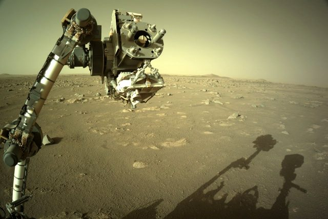 Americké vozítko Perseverance a marsovská krajina kráteru Jezero