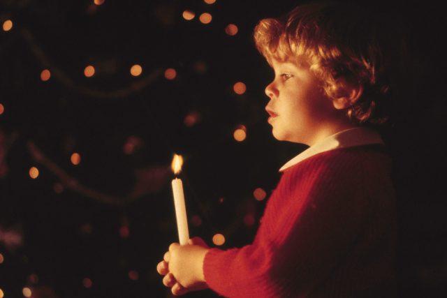 Chlapec se svíčkou