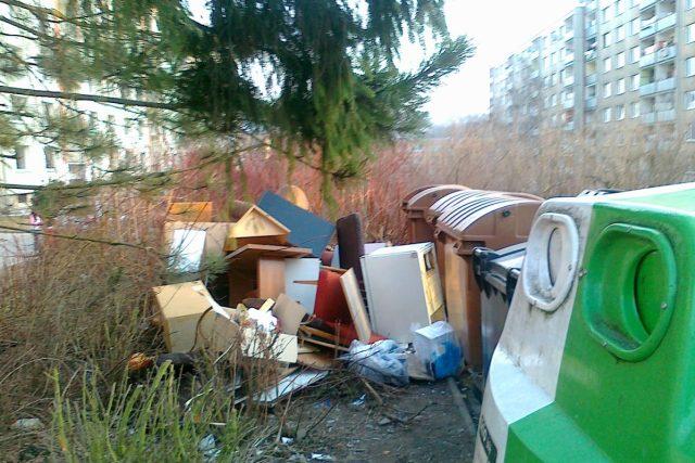 Nepořádek u kontejnerů | foto: Lenka Jaremová