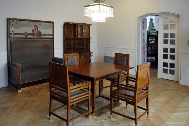 Několik původních kusů nábytku bylo restaurováno a doplněno replikami, jejichž návrhy vycházely způvodních Jurkovičových plánů a fotografií.