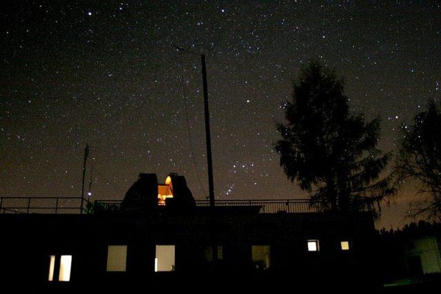Noční snímek hvězdárny v Úpici