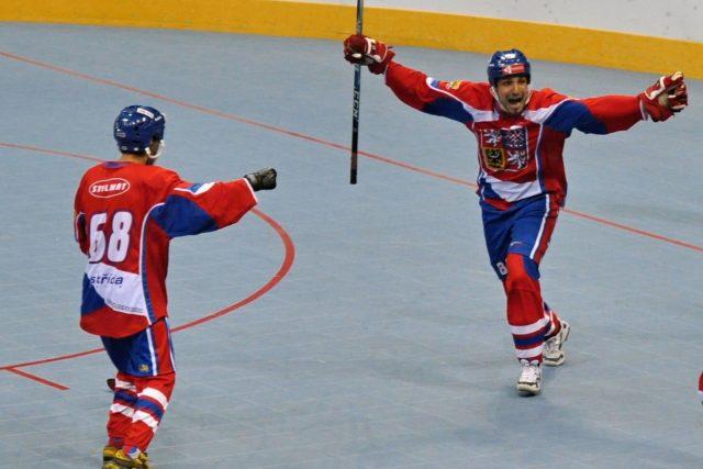 Ceští hokejbalisté slaví postup do finále MS | foto: Jan Donauschachtl