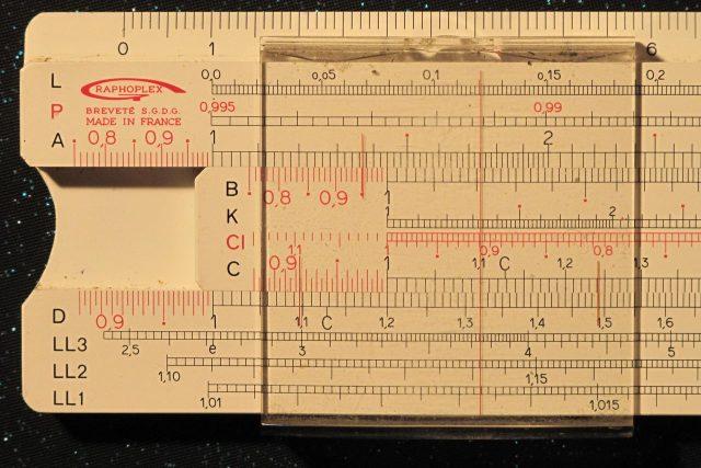 Logaritmické pravítko, nastavené na výpočet 1,2 x 1,1 = 1,32