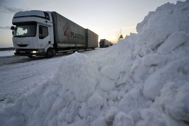 Zasněžené silnice na Vysočině stále dělají potíže hlavně kamionům
