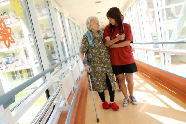 Studenti pomáhají seniorům (ilustr. obr.)