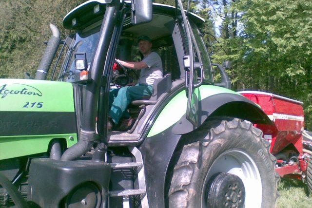 Traktorista seje kukuřici do žita na poli nedaleko Humpolce | foto: Hana Mikulincová,  Český rozhlas